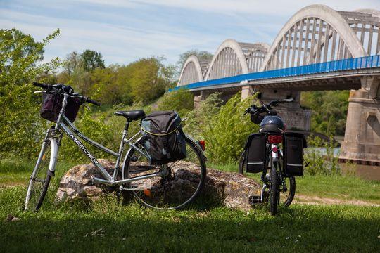 Vélos arrêtés sur les bords de Loire à Muides