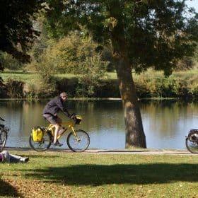 Cyclotouristes sur la Loire à vélo, à Savonnières © P.Forget - CRT Centre-Val de Loire